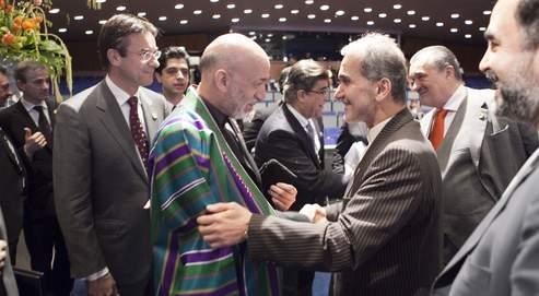Le président afghan, Hamid Karzaï (à g.), s'est entretenu mardi avec le vice-ministre iranien des Affaires étrangères, Medhi Akhundzadeh, lors d'une conférence internationale à LaHaye.