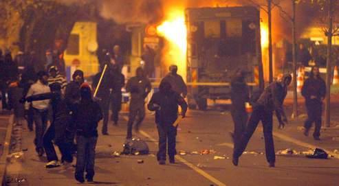 Échauffourées à Villiers-le-Bel en novembre 2007. Disposition phare : le nouveau délit de participationà une bande violente sera puni de trois ans de prison et 45000euros d'amende.