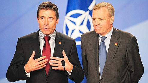 «Je suis profondément honoré», a déclaré Rasmussen (à gauche) qui succèdera le 1er août à Jaap de Hoop Scheffer, ancien ministre néerlandais des Affaires étrangères (à droite).