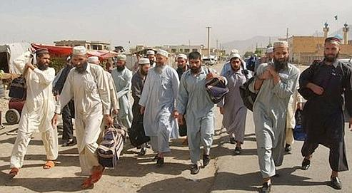 Des prisonniers talibans du centre de Bagram, en Afghanistan, libérés en juin 2006. Cette prison de sinistre réputation abrite encore 600 détenus.