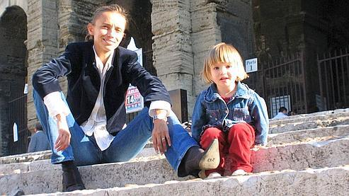 Reproduction réalisée le 21 mars 2009 à Arles, d'une photographie non datée de la petite Elise et de sa mère russe Irina Belenkaya. (photo AFP)