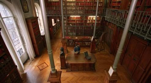 La salle Napoléon III, à Paris, abrite les archives de la monarchie, celles du Parlement, le trésor des chartes, ainsi que la fameuse armoire de fer. Pour des raisons de sécurité et de prestige, ces pièces uniques resteront à Paris.