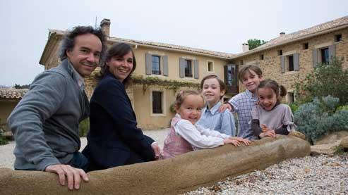 La maison du bonheur - Jérôme et Géraldine Thuillier au Clos Saint Saourde, la maisond'hôtes qu'ils ont ouverte en Provence, au pied du mont Ventoux, face aux Dentelles de Montmirail. C'est la naissance de leur quatrième enfant, Camille, qui les a décidés à quitter Paris, en 2004 ; mais aussi l'envie de se réaliser dans un nouveau projet professionnel plus épanouissant !