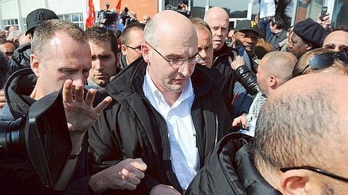 Le directeur général de Caterpillar France, Nicolas Polutnik, quitte l'usine de Grenoble après avoir été retenu 24 heures, le 1er avril dernier.