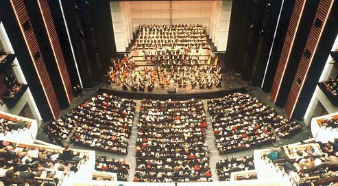 Le rang 15 de l'Opéra Bastille est situé au milieu de la salle, légèrement en surplomb et en accès direct avec les sorties latérales.
