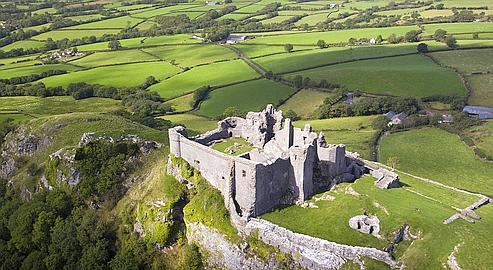 Le château de Carreg Cennen, dans le parc national des Brecon Beacons, véritables paradis des randonneurs