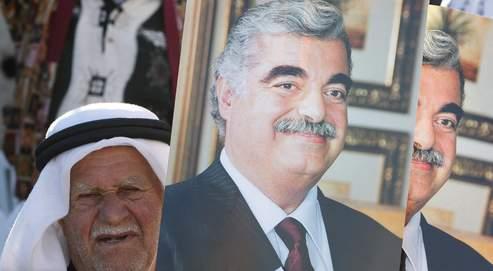 Un homme brandit une photo de Rafic Hariri lors d'un rassemblement à l'occasion du 4e anniversaire de la mort de l'ancien premier ministre libanais, le 14 février 2009.
