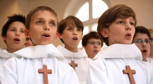 En signe de protestation, les 86 chanteurs ont manifesté mercredi soir devant l'église Saint-Vincent-de-Paul à Paris. Crédits photo : 2007 J.Cresp/PCCB