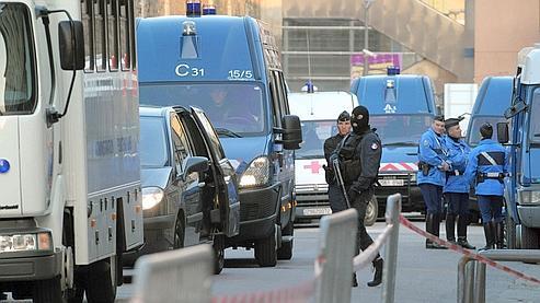 Les détenus sont transportés en autocars et fourgons cellulaires, sous haute surveillance, sur les 15 km qui séparent les prisons.