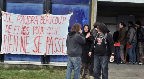 Des étudiants participant à la coordination nationale étudiante arrivent pour assister à la séance d'ouverture, le 14 février 2009 à l'Université de Rennes 2
