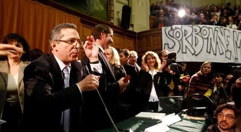 Georges Molinié (au premier plan), président de la Sorbonne, lors d'une assemblée générale en présence des présidents d'université contre la réforme de l'enseignement supérieur, le 9 février dernier.