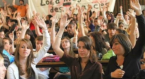 Des étudiants de l'université de Marseille, lundi, à l'issue d'une assemblée générale marathonoù a été votée la poursuite des blocages.