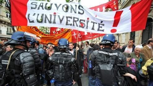 Jeudi, quelques milliers d'étudiants et d'enseignants-chercheurs ont à nouveau manifesté à Paris.