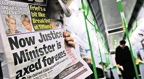 Vendredi dernier, dans le métro londonien, un journal annonce la suspension de son poste du secrétaire d'État à la Justice, Shahid Malik, dans l'attente des résultats d'une enquête sur ses notes de frais.