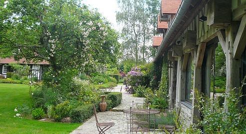 A la Muette, près de Rouen, le jardin faussement brouillon se compose comme un tableau pastel rehaussé de touches plus vives.