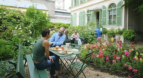 dix tables dans les jardins parisiens un th au jardin. Black Bedroom Furniture Sets. Home Design Ideas