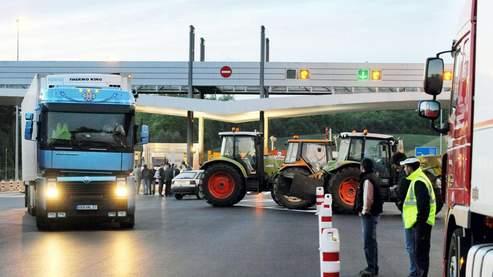 Vendredi, des producteurs de lait ont bloqué la circulation au niveau du péage d'Auvours à Yvré-l'Evêque, près du Mans.