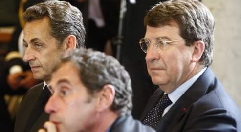 Nicolas Sarkozy accompagné de Xavier Darcos (à droite), ministre de l'Éducation, et Richard Descoings, directeur de Sciences Po, la semaine dernière, à Massy.