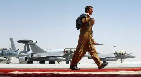 Des Rafale de l'armée de l'air française stationnés sur la base aérienne d'al-Dhafra, lundi à Abu Dhabi. Dans l'Émirat, Paris s'est aussi doté d'une base navale et d'une base terrestre spécialisée dans le combat urbain.