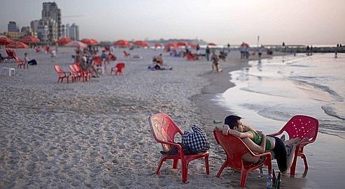 Des vacanciers sur la plage de Tel-Aviv en juillet 2008. Aux terrasses des cafés ou devant les boutiques, on croise une foule à la mode, aussi occidentale et moderne qu'à Barcelone ou à Miami.