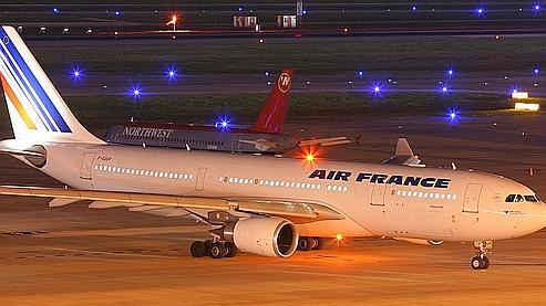 L'Airbus A 330-200 disparu le1er juin alors qu'il effectuait la liaison Rio-Paris, ici pris en photo récemment sur le tarmac de l'aéroport de Houston, au Texas. (Photo/airteamimages.com/AP)