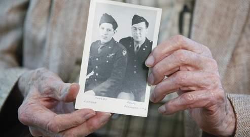 Ralph Dunham (92 ans), grand-oncle maternel du président, tient une photo prise à Londres en 1944 sur laquelle il figure en uniforme avec son jeune frère Stanley, le grand-père de Barack Obama.