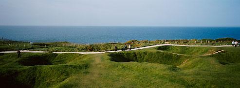 La légendaire pointe du Hoc, l'un des plus beaux sites naturels de la côte normande... surlequel sont encore bien visibles les cratères creusés par les quelque 698 tonnes de bombes qui y ont été larguées dans la seule nuit du 5 au 6 juin 1944 !