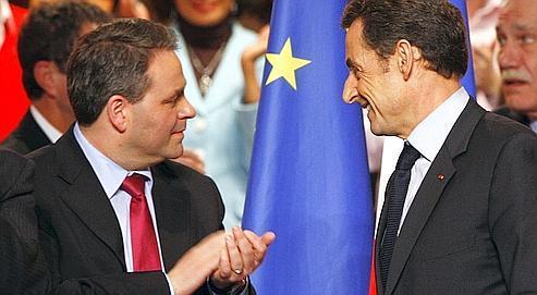 Xavier Bertrand et Nicolas Sarkozy, en janvier dernier, lors du Conseil national de l'UMP à Paris. (François Bouchon / le Figaro)