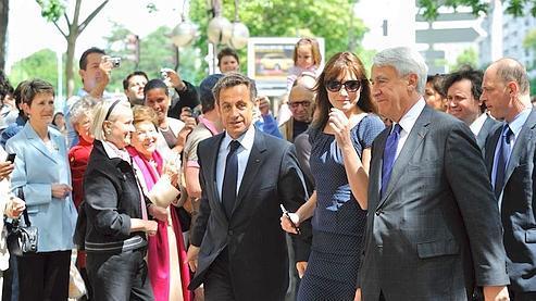 Nicolas Sarkozy se rendant aux urnes dimanche dans le XVIe arrondissement de Paris.
