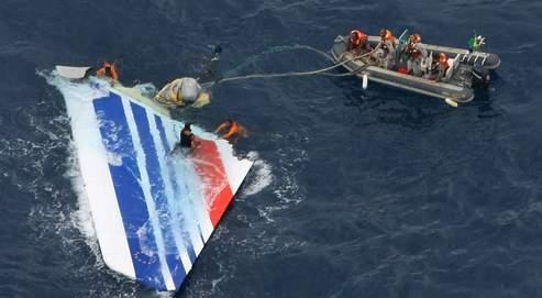 Des plongeurs de la marine brésilienne ont récupéré lundi plusieurs morceaux importants de l'Airbus A330.