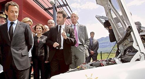 Nicolas Sarkozy, accompagné de Chantal Jouanno et de Michel Barnier, en visite hier au Bourget-du-Lac, s'arrête devant une voiture fonctionnant à l'énergie solaire, dans les locaux de l'INES.