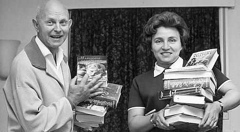 Serge et Anne Golon en 1966. La critique compare le couple d'écrivains à Dumas. (Rue des Archives/Farabola/AGIP)