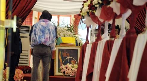 Au palais présidentiel de Libreville, jeudi, des Gabonais attendent pour se recueillir devant la dépouille mortelle d'Omar Bongo.