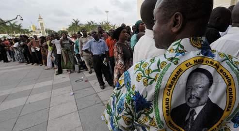 Des Gabonais font la queue pour rendre hommage à la dépouille du président Omar Bongo, le 13 juin à Libreville. Les obsèques seront célébrées mardi, en présence de Nicolas Sarkozy et de Jacques Chirac.