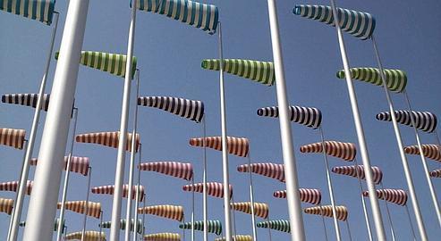 A De Haan, cent manches à air installées par Buren (Photo Philippe Cavagnac/OT De Haan).