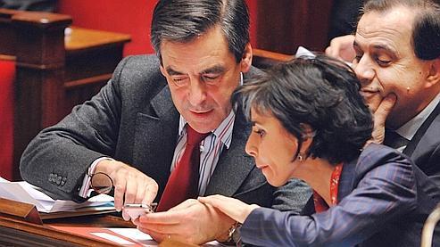 François Fillon offre une démonstration du premier iPhone à Rachida Dati et Roger Karoutchi, à l'Assemblée nationale (Martin Bureau/AFP).