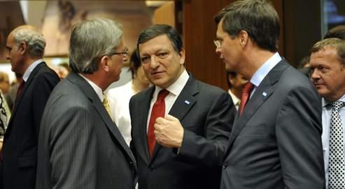 José Manuel Barroso (au centre) en conversation jeudi à Bruxelles avec le premier ministre luxembourgeois, Jean-Claude Juncker (à gauche), et Jan Peter Balkenende, le premier ministre néerlandais (à droite).