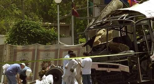 Des enquêteurs français sur les lieux de l'attentat suicide qui a coûté la vie à 11 salariés de la DCN, à Karachi, le 12 mai 2002.