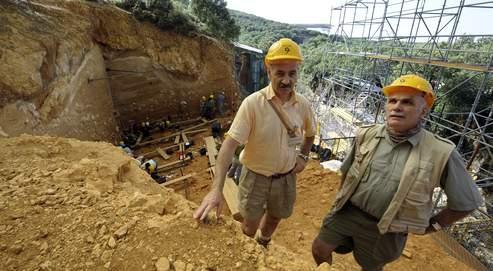 José Maria Bermudez de Castro (à gauche) et Eudald Carbonell, deux des trois codirecteurs des fouilles d'Atapuerca, sur le chantier situé dans le nord de l'Espagne.