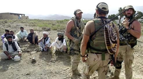 Des membres des forces spéciales américaines en patrouille en Afghanistan, dans le village de Narizah, en 2002.