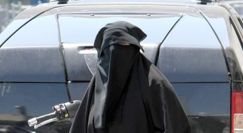 Une femme en burqa dans le quartier Belsunce, à Marseille.
