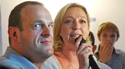 Marine Le Pen et Steeve Briois, numéros 2 et 1 de la liste FN, dimanche après l'annonce des résultats de la municipale partielle d'Hénin-Beaumont.