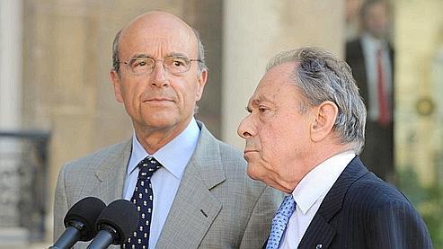 Nicolas Sarkozy a demandé à Alain Juppé et Michel Rocard, qui l'ont accepté, de présider «une commission chargée de réfléchir aux priorités» du futur emprunt national. (photos AFP)