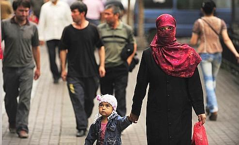 Dans une rue d'Urumqi, le 14 juillet 2009.