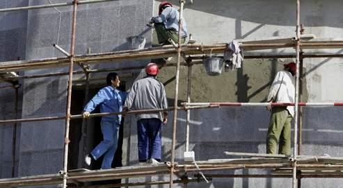 Des ouvriers chinois sur le chantier d'un immeuble à Alger. Les Chinois sont très présents dans le secteur du BTP, en Algérie.