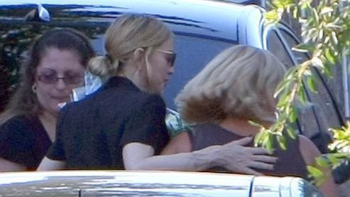 Madonna (au centre) réconforte une proche d'une des victimes de l'accident du stade Vélodrome. (Claude Paris / AP).