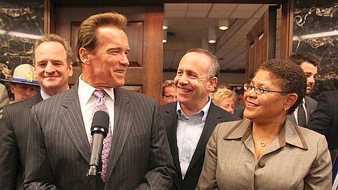 Le gouverneur était entouré de plusieurs hauts reponsables, dont la présidente de l'Assemblée Karen Bass et le président du Sénat Darrell Steinberg.