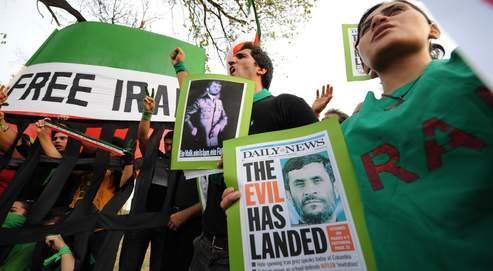 Des citoyens iraniens manifestent contre Ahmadinejad à Islamabad au Pakistan, le 5 août. Sur les pancartes qu'ils brandissent on peut lire : «Libérez l'Iran» et «Le mal est parmi nous».