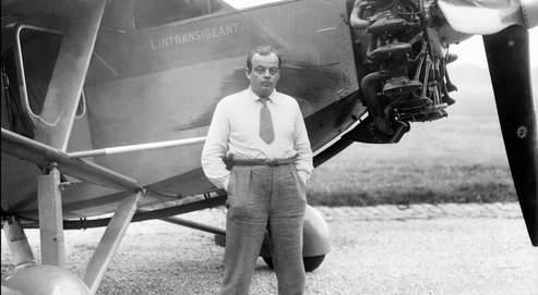Antoine de Saint-Exupéry pose devant son avion (photo non datée).