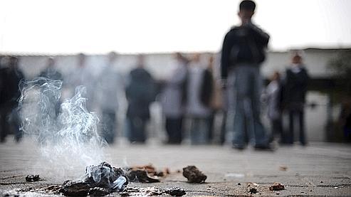 Des restes de phosphore achèvent de se consumer près d'une école de l'ONU à Beit Lahia, au nord de la bande de Gaza, bombardée par l'aviation israélienne le 24 janvier 2009.